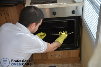 oven cleaning professional beginning to work